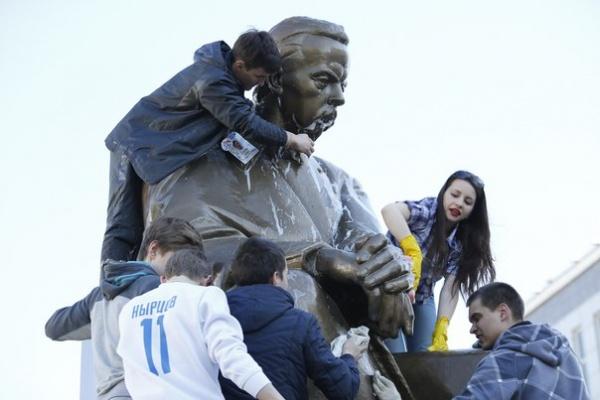 памятник Александру Попову|Фото:Илья Сафаров/официальная страница УрФУ во